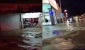 بالفيديو.. أمطار غزيرة تغرق المركبات في سكاكا
