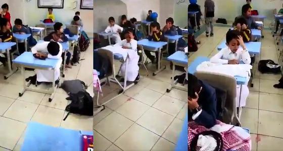 بالفيديو.. بكاء طلاب بعد علمهم بتقاعد معلمهم
