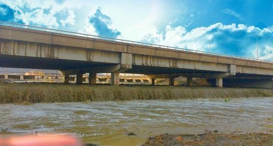 انقاذ 9 أشخاص احتجزتهم السيول داخل مركباتهم بالطائف