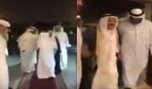 بالفيديو..أمير الكويت يشهد على عقد قران مواطن بسيط