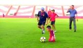 بالصور..تحقيق حلم طفل بلا قدمين باللعب مع مارادونا
