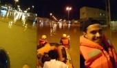 بالفيديو.. التجول بالقوارب بدل المركبات شوارع في سكاكا