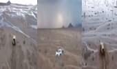 """بالفيديو..  فرق """" الدفاع المدني """" تتوغل بمنطقة صحراوية لإنقاذ مسن وأبنائه"""