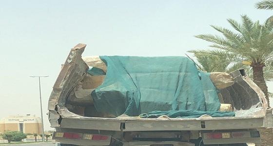 شكوى للمرور بوجود شاحنة متهالكة تحمل صخور دون تأمين بالرياض