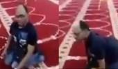 بالفيديو.. رجل يتحدى الإعاقة لأداء صلاة الجماعة