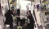 بالفيديو.. رجل يطارد لصوصا حاولوا سرقة متجره بمسدس مياه