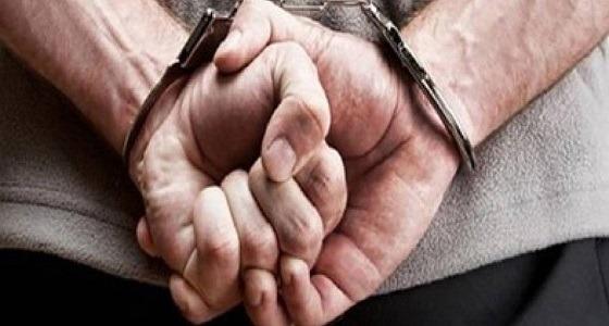 رجل يتجرد من ملابسه ويقف عاريا أثناء محاكمته