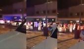 بالفيديو.. مستهترون يعتدون على رجال الأمن بالعصي في الكويت