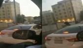 بالفيديو.. شاب يعتدي على سائق تاكسي بجدة