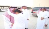 """بعد موقفه البطولي.. مدير تعليم الرياض يكرم الطالب """" العتيك """" ويقبل رأسه"""