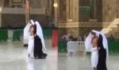 شاهد مافعله زوج لزوجته أثناء هطول الأمطار على الحرم المكي