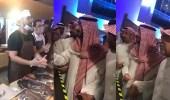 """بالفيديو.. نائب أمير مكة يعد شباب الأسر المنتجة بحل مشاكلهم مع """" الأمانة """""""