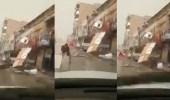 بالفيديو.. الرياح تدمر المحلات وتقتلع برج جوال في بريدة