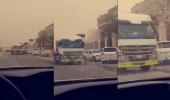 بالفيديو.. سائق شاحنة يسير عكس الاتجاه في أحد أحياء الرياض