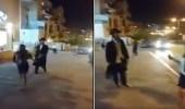 بالفيديو.. يهودي يطارد الفتيات بالعصا ويطالب بذهابهن إلى بيوتهن