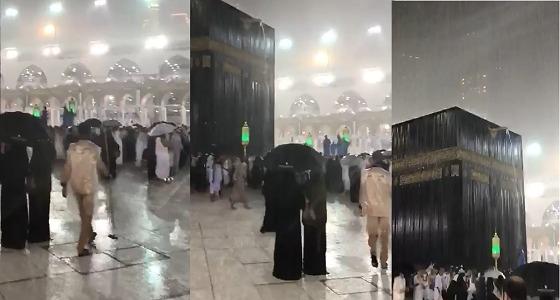 بالفيديو.. فرق النظافة بالحرم المكي تعمل على قدم وساق رغم غزارة الأمطار