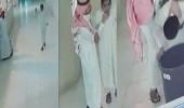 بالفيديو..لحظة إنقاذ طالب لزميله بعد ابتلاعه غطاء قارورة