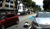 بالفيديو.. سيارة تدهس طالبة أثناء عبورها للشارع بطريقة مروعة