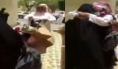 بالفيديو.. مواطن يستقبل أمه بعد تخرجها من الثانوية