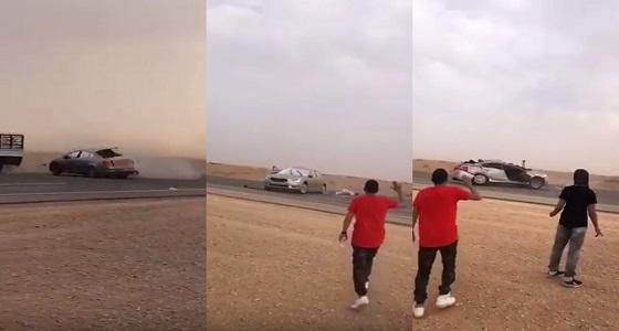 """بالفيديو.. مفحط يصطدم بشاحنة ويلوذ بالفرار تاركا """" المعزز """" مصابا في موقع الحادث"""