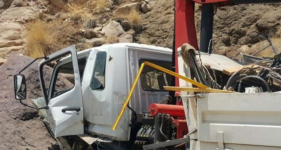 إصابة قائد معدة ثقيلة سقطت من منحدر صخري بثلوث المنظر