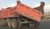 """سائق """" قلاب """" بمكة يضرب بشروط السلامة المرورية عرض الحائط"""