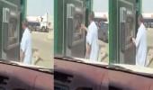 فيديو طريف لمواطن يقوم بتصرف غريب أثناء سحب راتبه