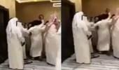 بالفيديو.. مشاجرة بالعقل والعصى خلال حفل تخرج طلاب بالكويت
