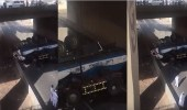 بالفيديو.. سقوط تريلة مياه من أعلى جسر بعزيزية مكة