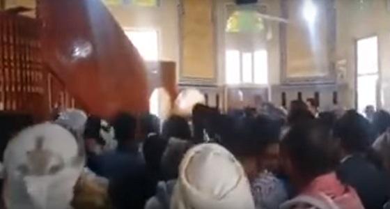 بالفيديو.. حوثي يخطب الجمعة بالقوة.. والمصلون: اخرج من الجامع