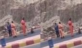 بالفيديو.. مجموعة قرود تهاجم عمال البلدية بقلوة