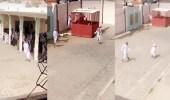 بالفيديو.. معلم يضرب الطلاب في فناء مدرسة