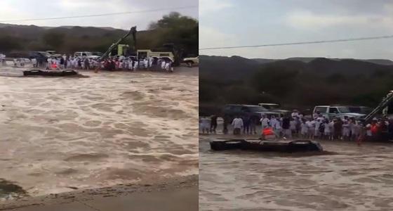 بالفيديو.. انقاذ محتجز في سيول شمال نجران