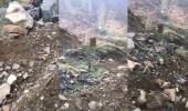 بالفيديو.. معلمة توثق معاناتها مع الجبل والألغام خلال رحلتها اليومية للمدرسة