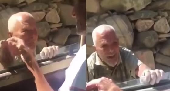بالفيديو مشهد مؤثر لمسن يطلب السماح من آخر