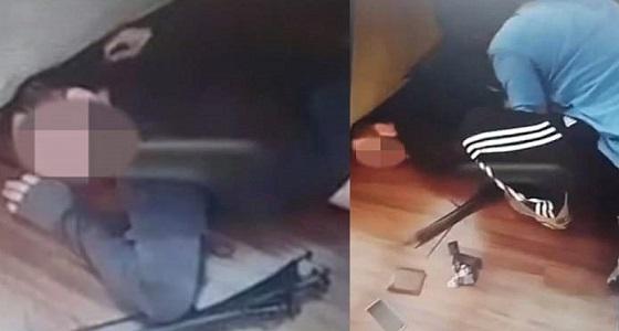 بالفيديو.. رد فعل صادم لأبوين مع رجل استدرج ابنتهما لممارسة الجنس