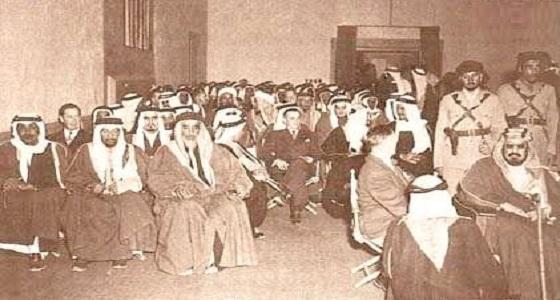 صورة توثق حضور المؤسس إحدى اللقاءات في أرامكو قبل 71 عاما