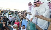 بالفيديو والصور.. أمير جازان يشارك أهالي فرسان في مهرجان صيد سمك الحريد