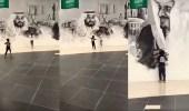 بالفيديو.. رد فعل غير متوقع من طفل عند رؤيته صورة لخادم الحرمين