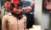 """بالصورة.. """" قفص حمام """" يرافق طفلة سورية رحلة نزوحها"""