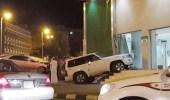 سيارة تقتحم بنك وتتلف واجهته بأبها