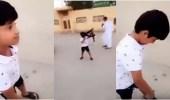 الشرطة تبحث عن أسرة الطفل حامل الرشاش وسط غضب المواطنين
