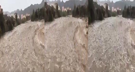 بالفيديو.. السيول تجتاح شوارع ظهران الجنوب في منظر مهيب