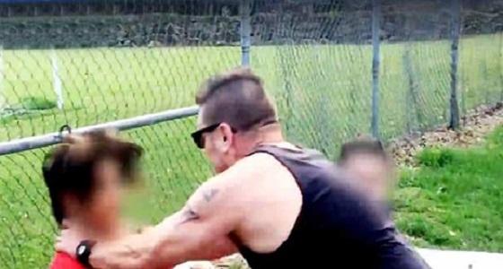 بالفيديو.. رجل يخنق مراهق لمطاردته ابنة زوجته ووصفها بالغوريلا