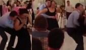 بالفيديو.. رد فعل غير متوقع لامرأة تغني وترقص بطريقة هستيرية