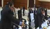 """بالفيديو.. الوفد المصري يلقي ميكروفون """" الجزيرة """" بعيدًا"""