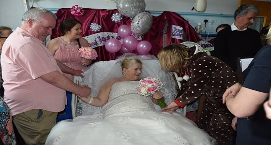 مسنان يتحديان المرض ويقيمان حفل زفاف بالمستشفى