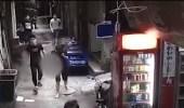 فيديو مروع لرجل يسير بالشارع حاملا رأس زوجته