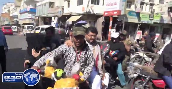 بالفيديو.. الخوف يدفع بالمطلوب الحوثي الثالث إلى التنقل بدباب خوفا من طيران التحالف!