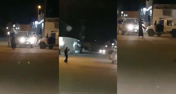 بالفيديو.. تبادل إطلاق نار بين أفراد مكافحة المخدرات ومروج في نجران